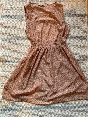 Tailliertes Sommerkleid mit Schleifchen