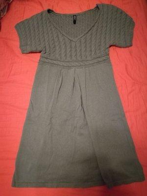 Tailliertes Strickkleid mit Zopfmuster