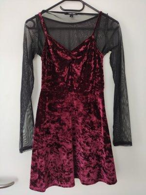 Tailliertes weinrotes Kleid mit langen Ärmeln