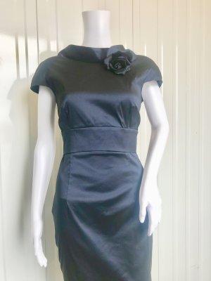 Talbot Runhof Kleid - Neuwertig - Dunkelblau - D 40 - mit anstecken Rose - Länge  102 cm / Taille 38 (stretchiges Material!) - Reißverschluss Rücken - Schleife  Taille Rücken mit Druckknöpfen - 66% Polyester / 40% Seide / 4% Elasthan -