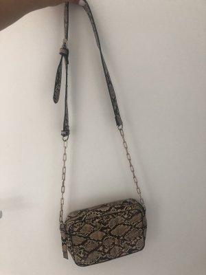 Tasche in Schlangenmuster
