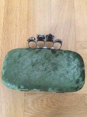 Tasche mit auffälliger Schließe