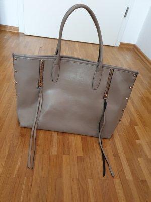 Tasche von H&M mit goldenen Applikationen