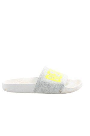 The white brand Ciabatta aperta grigio chiaro-giallo pallido caratteri stampati