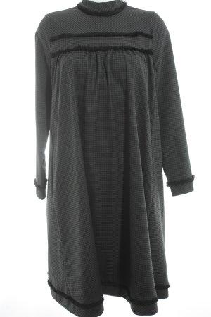 Tigha Midikleid schwarz-grau Street-Fashion-Look