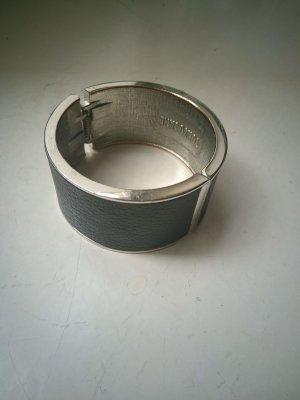 Brazalete negro-color plata