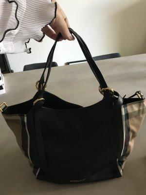 Tolle Handtasche von Burberry mit ikonischem Muster an den Seiten.