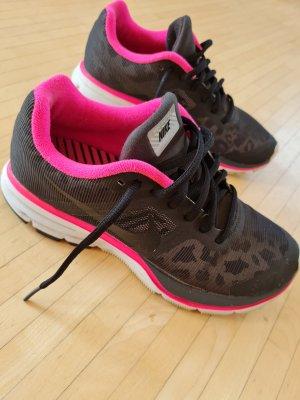 Tolle Nike Sneaker, Gr. 37,5