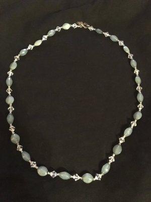 Tolle Perlenkette mit kristall- und saphiergrün-farbenen Anhängern