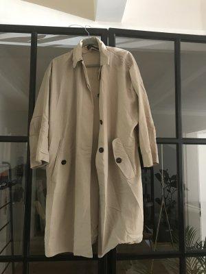 Toller weit geschnittener Trenchcoat von Zara Woman.
