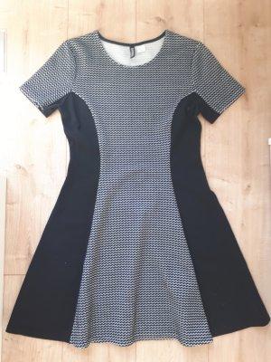 tolles figurschmeichelndes Kleid