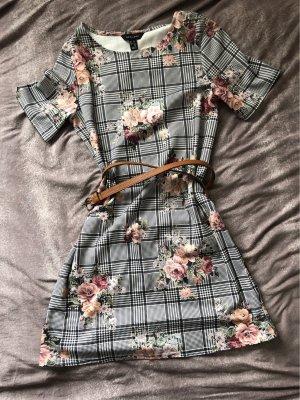 tolles Kleid mit Blumen