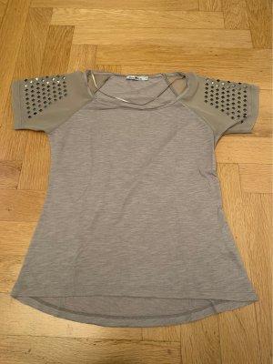 Tolles T-Shirt mit Verzierung an den Armen
