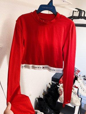 Tommy Hilfiger rotes cropped Shirt / Langarmshirt mit Logo Schriftzug am Bund