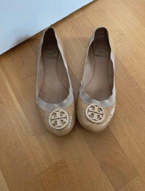Tory Burch Bailarinas de charol con tacón beige-crema