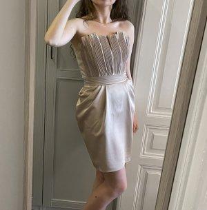 Trägerloses Abendkleid aus glänzendem Stoff