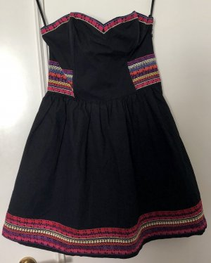 Trägerloses Kleid mit bunten Ornamenten
