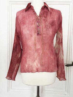 Transparente plissierte Bluse in altrosa mit Band aus Kunstleder und Batikmuster