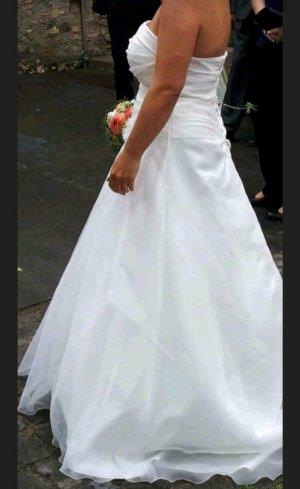 traumhaft schlichtes Brautkleid