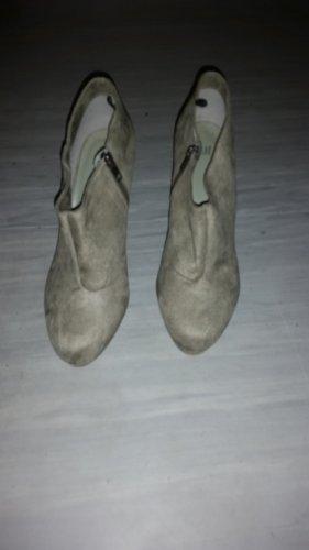 Traumhafte olivgrüne Stiefeletten mit High Heels