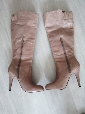 Traumhafte taupe farbene Lederstiefel von Zara.