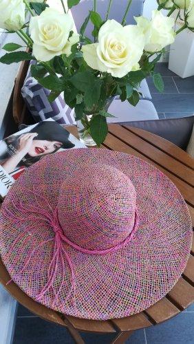 Tribut an die Grande Dame: Hut, verführerisch, rund, schön