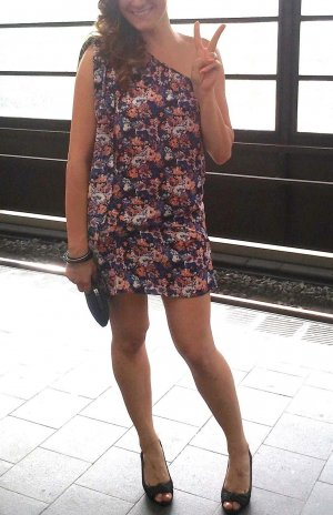 Trish Dress Kleid von Edited oder French Connection One-shoulder Blumenprint