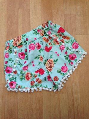 Türkise Shorts mit Rosen und Bommeln