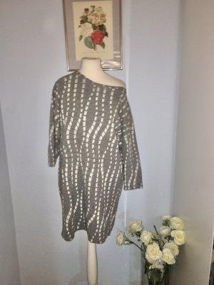 Übergroßes grau-weißes Minikleid