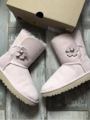 Ugg Bailey Button mit Blüte Rosa 219€