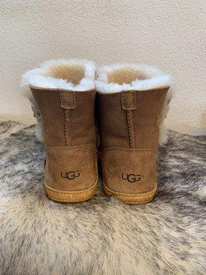 UGG Boots 38 Braun Fell Weiß Creme Flache Sohle Winterschuhe Winterboots UGG