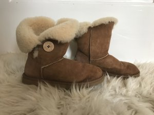 UGG Boots Bailey Button in Chestnut