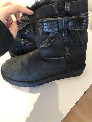 UGG Boots in Schwarz mit Schleife