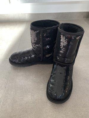 UGG »Classic Short Sequin« Boots mit schwarzen Pailletten