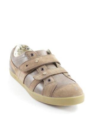 UGG Chaussures à lacets brun style décontracté