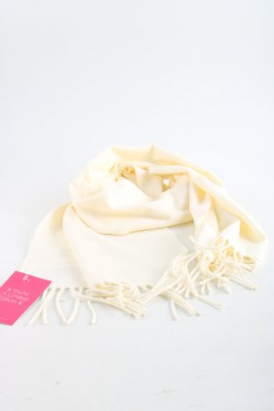 Bufanda de cachemir crema look casual