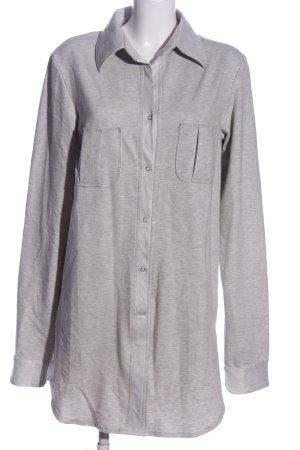 Blusa larga gris claro moteado look casual