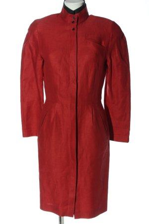 Gabardina tipo vestido rojo estilo «business»