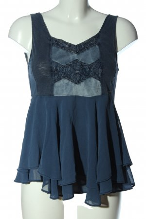 Top con volantes azul look casual