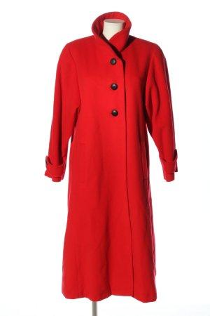 Abrigo de lana rojo look casual