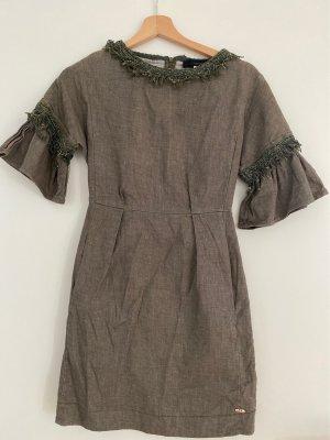 Ungetragen: Figurbetontes elegantes Kleid in Olive grün