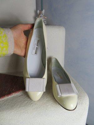 ungetragene BALLY Suisse Lack Leder Ballerinas - Wolle Weiß - Gr. 41,5 / UK 7.5 - Flache Schuhe mit Schleife - 100% Echtes Leder - Vintage Hochzeit Verlobung Kommunion
