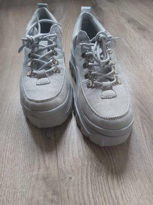 Ungetragene Sneaker mit Plateausohle in hellgrau