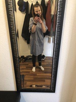 Ungetragenes Kleid von Heine zu verkaufen.