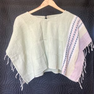 Unique & Beautiful cropped Poncho aus Bali. For all the salty Gypsy Girls out there