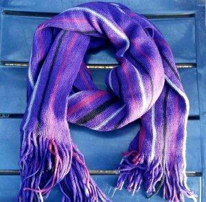 Écharpe en tricot violet