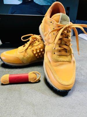 Valentino Garavani Sneaker Rockrunner in leuchtendem Orange mit Nieten. Gr. 38