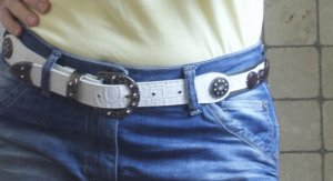 Vera Pelle Cinturón de cuero de imitación blanco-color plata