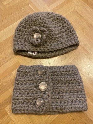 Verkaufe wunderschöne Handarbeit/Unikat:  Mütze und Schal handgemacht 100% Wolle grau
