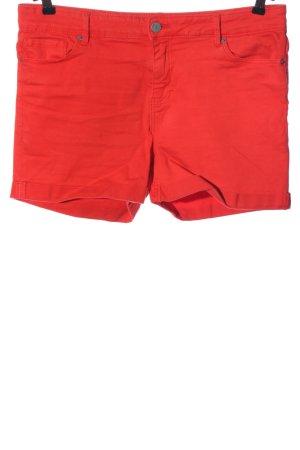 Vero Moda Pantalón corto de talle alto rojo look casual